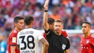 Karim Bellarabi (Mitte, weißes Trikot) sah für sein Foul die Rote Karte.