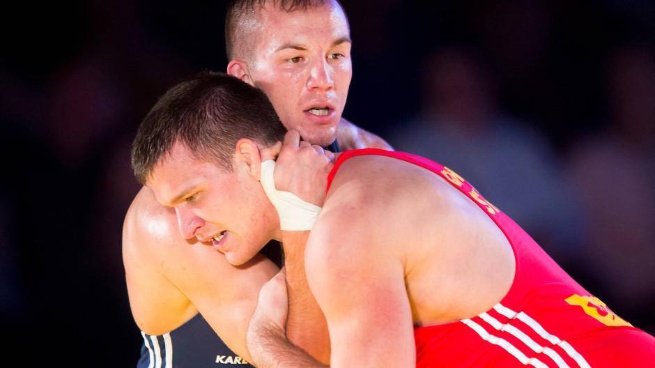 Einen solchen Kampf sehen die Zuschauer vorerst nicht: Balint Korpasi (rechts) wird Weltmeister Frank Stäbler nicht im Mainzer Trikot herausfordern