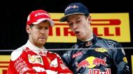 Zwei, die sich einiges zu sagen hatten zuletzt: Vettel (links) und Kwjat.