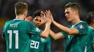 Hand drauf: die deutschen Spieler um Torschütze Marco Reus (links)