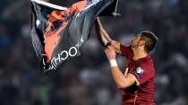 Per Drohne kam die Fahne auf das Spielfeld, der Serbe Stefan Mitrovic nahm sie an sich