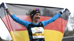 Katharina Steinruck beflügelt auf dem Flugfeld