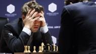 Und nun? Weltmeister Magnus Carlsen verliert erstmals.