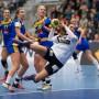 Flugeinlage: Bei der EM in Schweden müssen Julia Behnke (am Ball) und die deutschen Frauen bestehen