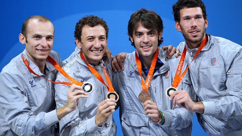 Fecht-Olympiasieger Matteo Tagliariol (2.v.l.) mit seinem Teamkollegen Alfredo Rota, Diego Confalonieri und Stefano Carozzo in Peking 2008