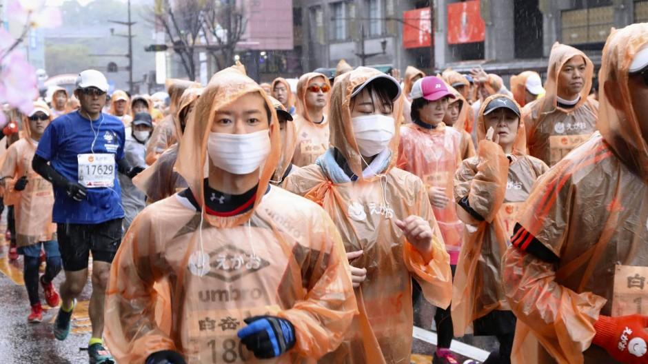 So soll es in Tokio nicht sein: Marathonläufer in Kumamoto schützen sich mit Maske beim Wettrennen.