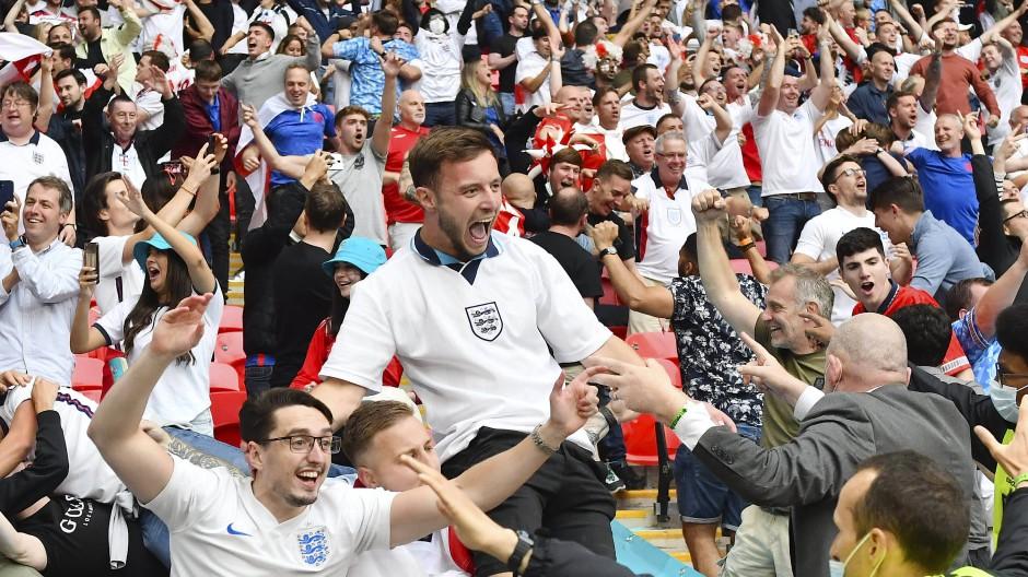 Freude über den Viertelfinaleinzug: die englischen Fans im Wembleystadion