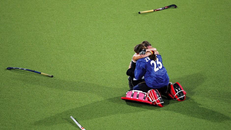 Versunken im Glück: Franziska Gude (links) und Julia Zwehl nach dem Sieg im olympischen Finale 2004