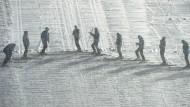 Âuch die Helfer müssen bei der Vierschanzentournee Schwerstarbeit verrichten