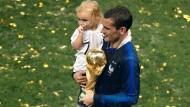 Antoine Griezmann jubelt nach der Siegerehrung mit seiner Tochter über den WM-Titel.