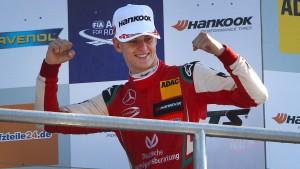 Mick Schumacher fährt mit Sebastian Vettel
