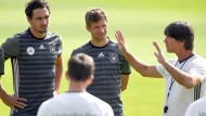 Nur noch beim FC Bayern Mannschaftskollegen: Mats Hummels und Thomas Müller (von links). Bundestrainer Joachim Löw (rechts) will sich auf andere Spieler fokussieren.