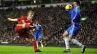 Auffällig unauffällig: Michael Ballack (r.) im Spiel gegen den FC Liverpool - hier wendet er sich von Dirk Kuyts Schuss ab