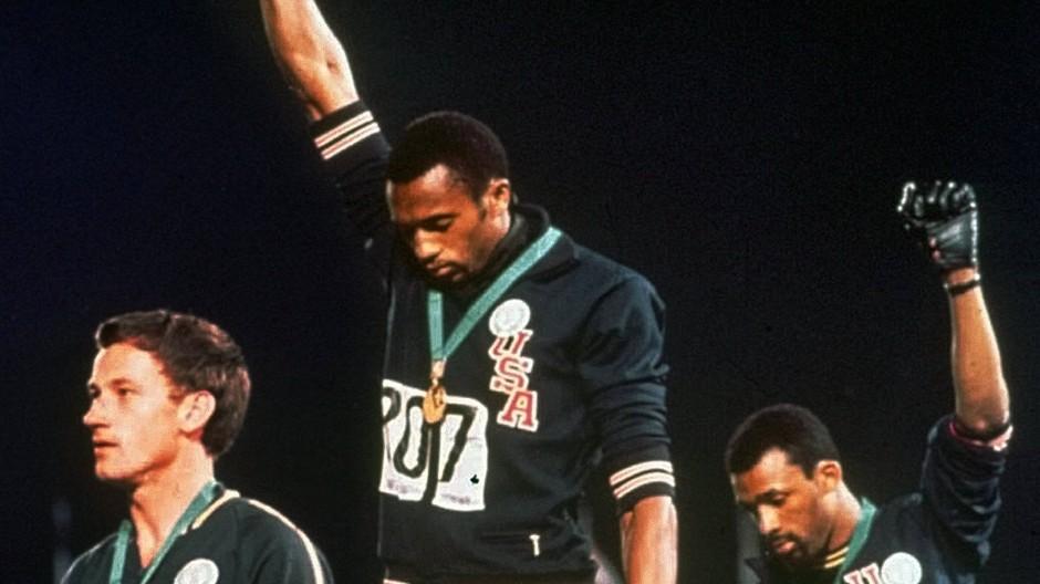 Die berühmteste Protest-Geste der olympischen Geschichte: Tommie Smith (Mitte) und John Carlos (r.) bei den Spiele 1968