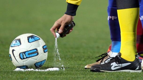 Ligavorstand berät über Freistoß-Spray