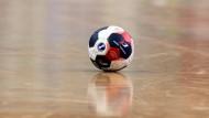 Der Handball liegt im Spielfeld: Wer nimmt ihn auf?