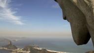 Sorgenvoller Blick über die Bucht von Rio de Janeiro: Die Christus-Statue kann auch nicht helfen