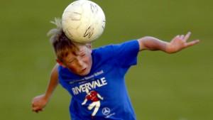 Eltern verklagen Fifa wegen gefährlicher Kopfbälle