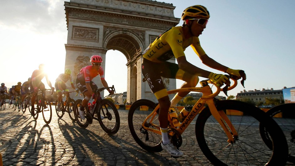 Vorbei am Kulturdenkmal: Radfahrer bei der Tour 2019 in Paris