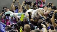 Nico Rosberg genießt nach dem Sieg das Bad in der Menge