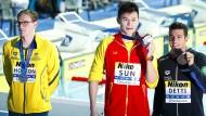 Wer ist hier respektlos? Der Australier Mack Horton (links) macht bei der Schwimm-WM deutlich, was er von Sun Yang (Mitte) hält.