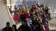 Flüchtlinge warten an der griechisch-mazedonischen Grenze auf ihre Weiterreise
