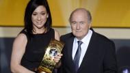 Herzlichen Glückwunsch: Nadine Keßler gewinnt bei den Frauen und bekommt den Preis von Fifa-Präsident Joseph Blatter