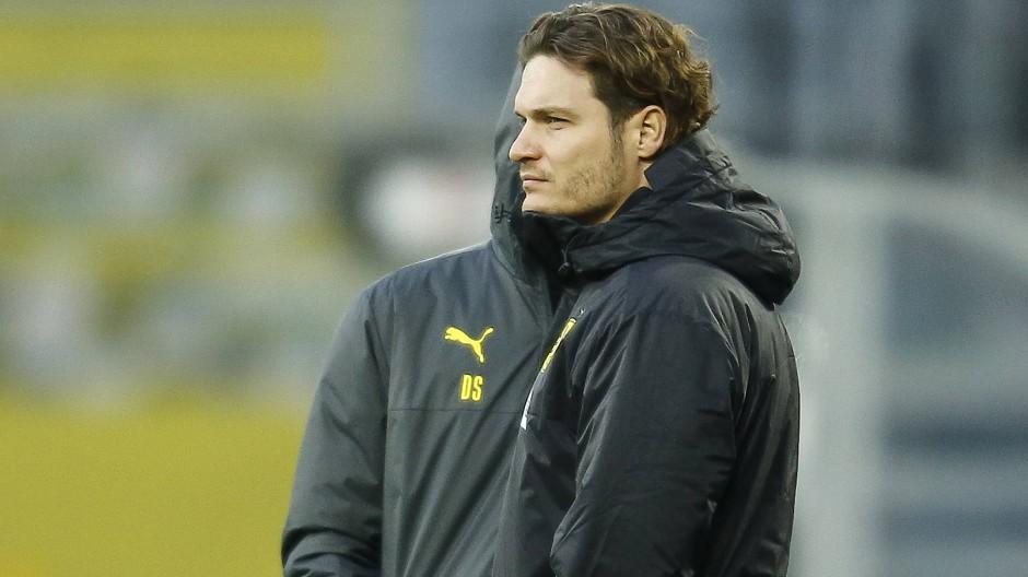 Ratlos am Rand: Auch Edin Terzic konnte den Dortmunder Negativtrend nicht nachhaltig beenden.