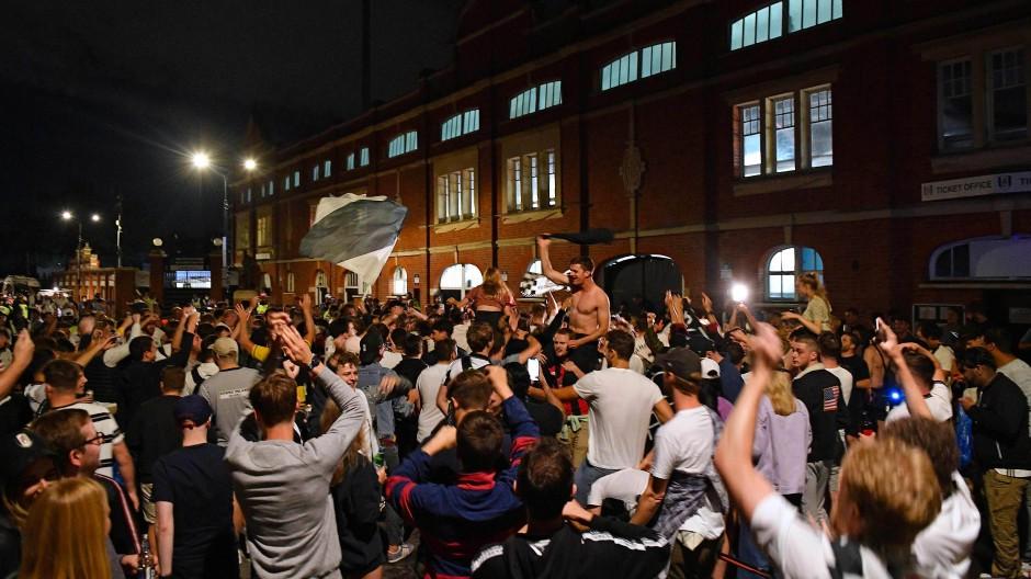 Der FC Fulham steigt in die Premier League auf, und die Fans vergessen alle Abstandsregeln.