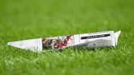 Gelandet in Wembley: deutsches Nationalteam, kunstvoll auf Papier verarbeitet