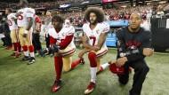 Der Knie-Fall: Die Geste von Colin Kaepernick (Zweiter von rechts) ist längst zu einem Politikum von weltweiter Aufmerksamkeit geworden.