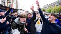 Aus Protest wird Party auf Englands Straßen gemacht