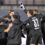 Freudentanz nach der Niederlage: Gladbacher Spieler jubeln über den Einzug ins Achtelfinale.