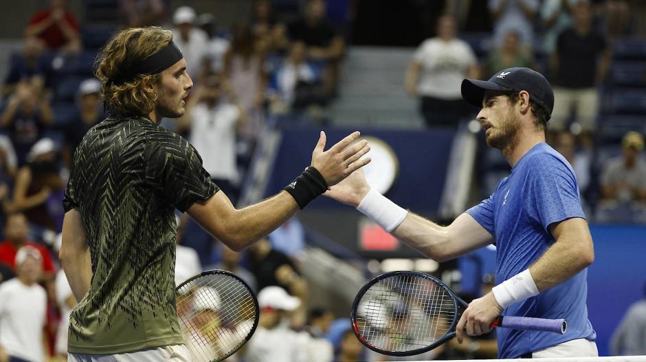Immerhin reicht es noch zum Handschlag nach dem Match: Andy Murray (r.) regt sich auf über Stefanos Tsitsipas