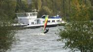 Kein Abenteuerspielplatz: Surfer auf der Bundeswasserstraße namens Rhein