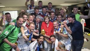 Die Kanzlerin besucht das DFB-Team
