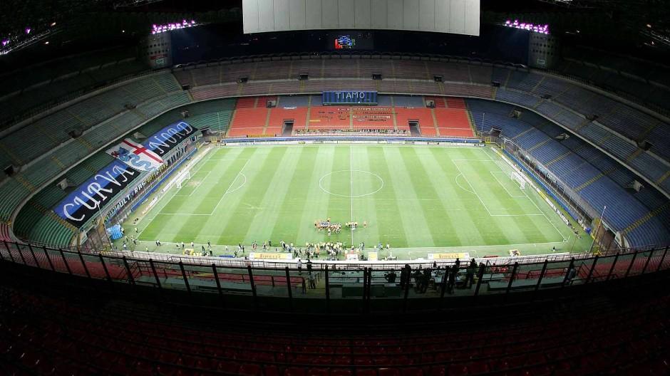 Das Giuseppe-Meazza-Stadion bleibt beim Spiel von Inter Mailand in der Europa League leer.