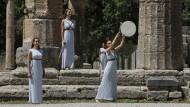 Der Beginn der Spiele rückt näher:  Im antiken Olympia wurde bei einer Zeremonie das olympische Feuer entzündet