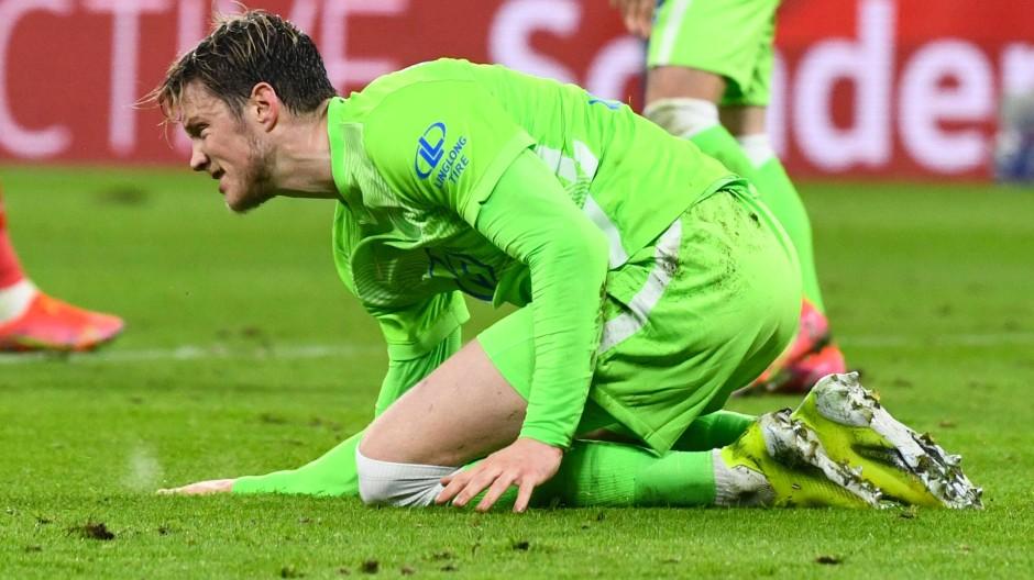 Wout Weghorst rutschte bei seinem Elfmeter aus, der Ball flog weit über das Tor.