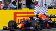 Die karierte Zielflagge für Max Verstappen: Der Niederländer gewinnt in Imola