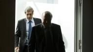 Der Mediendirektor (De Gregorio) geht, der Dunkelmann (Blatter, vorne) bleibt