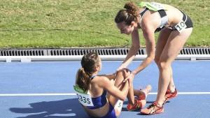 Läuferinnen helfen einander auf die Beine
