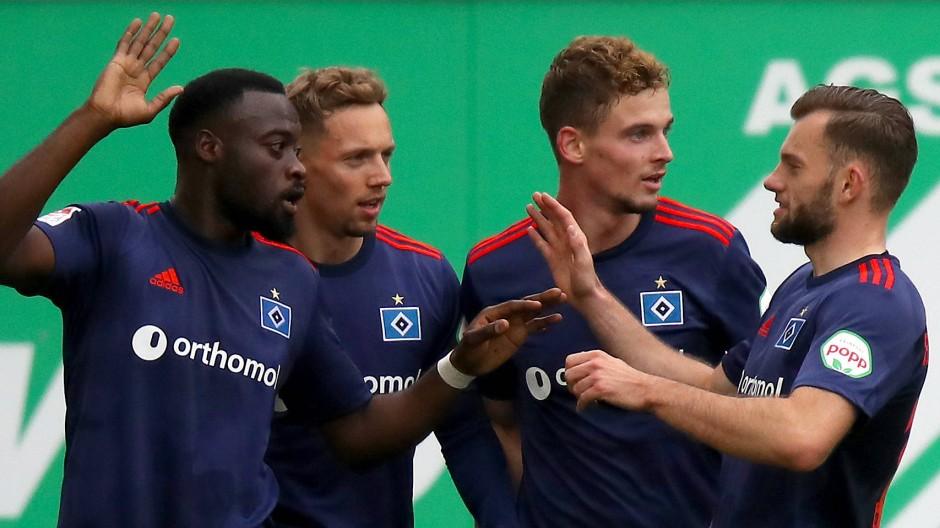 Hamburger Jubel in Fürth: Der HSV gewinnt auch sein drittes Spiel der Saison.