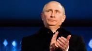 Wladimir Putin applaudiert, die Russen dürfen an Olympia in Rio teilnehmen.