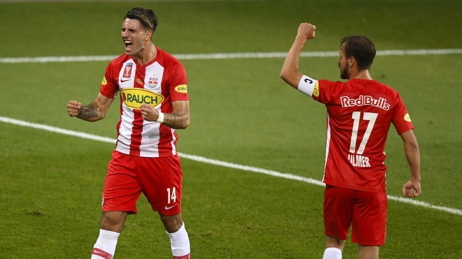 Die Bullen sind in Österreich die Fußball-Macht des Jahrzehnts: Hier freuen sich Dominik Szoboszlai (l.) und Andreas Ulmer über einen weiteren Treffer zum 5:0-Erfolg.
