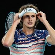 Das Stirnband sitzt, der Mundschutz für den Gang auf den Platz fehlt noch: Alexander Zverev kehrt in den Turnierbetrieb zurück.