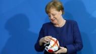 Prüfender Blick: Angela Merkel beim Empfang für die deutsche Handball-Nationalmannschaft im Kanzleramt