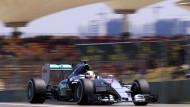 Der schnellste im Qualifying: Mercedes-Pilot Lewis Hamilton auf der Strecke in Schanghai.
