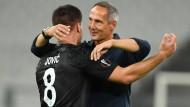 Der Siegtorschütze und sein Trainer: Luka Jovic (links) freut sich mit Adi Hütter.