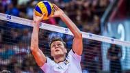 Blick nach oben: Lukas Kampa führt auch bei dieser Europameisterschaft im Team von Bundestrainer Andrea Giani wieder die Regie am Netz.